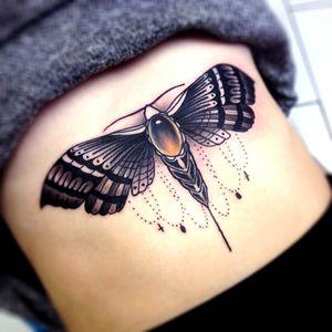 Tão linda que parece uma jóia. #ChrisVeness #mariposa #moth #inseto #bug #deathmoth #tradicional #traditional #cruz #cross #delicated #delicada #blackandgrey #pretoecinza #tradicional #traditional