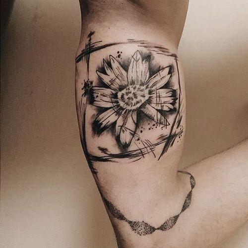 An interesting blackwork abstract daisy tattoo by Kubra Oner. #blackwork #abstract #flower #daisy #KubraOner