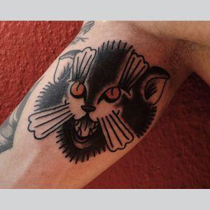 Esse gatinho não dá azar pra ninguém, traz sorte :) #CarlosMoreira #tatuadoresbrasileiros #tatuadoresdobrasil #tatuadoresbr #tradicional #traditional #oldschool #blackcat #cat #gato
