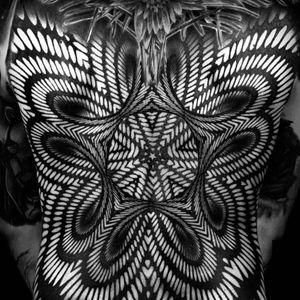 One of Ilya Cascad Kanaurov's large-scale optical illusions (IG—ilyacascad). #blackwork #geometric #IlyaCascadKanaurov #opticalillusion