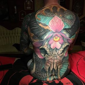 F*ck, this is just incredible. Skulls and flowers and scales and and and and ... By Jeff Gogue (via IG—gogueart) #jeffgogue #painterlystyle #largescale #backpiece #skull #dragon