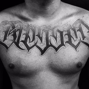 Trabalho incrível feito pelo artista Caio Cruz! #CaioCruz #tatuadoresbrasileiros #lettering #letteringtattoo #letteringartist #customlettering #blessedtattoo #BLESSED