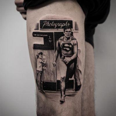 Superman tattoo by Dez Hernandez #DezHernandez #tvtattoos #blackandgrey #realism #realistic #hyperrealism #superman #superhero #hero #photobooth #1950s #tvshow #tattoooftheday
