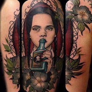 Sabe quem fez essa tattoo? Conta pra gente! #WandaAddams #Wednesday #wednesdayaddams #wednesdayaddamstattoo #Wandinhatattoo #veneno #poison #garrafa #bottle #flores #flowers
