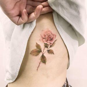 #ChiquinhoGomes #brasil #brazil #brazilianartist #tatuadoresdobrasil #delicate #delicada #colorido #colorful #flor #flower #rosa #rose #folha #leaf