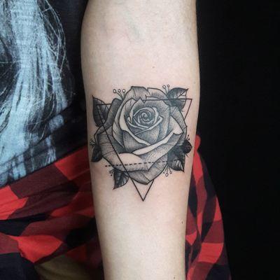 Rosa #DiegoSouza #tatuadoresdobrasil #brasil #brazil #brazilianartist #rosa #rose #flor #flower #triangulo #triangle #pontilhismo #dotwork #blackwork #folha #leaf #tracejado