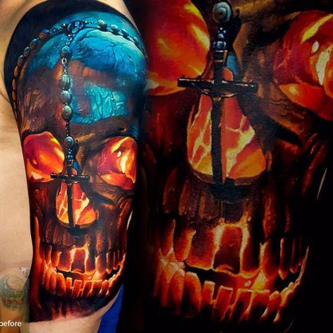 Uma leve capirotisse #VasilySuvorov #gringo #realismo #realism #realismocolorido #skull #caveira #cranio #terço #cruz #cross #chaplet