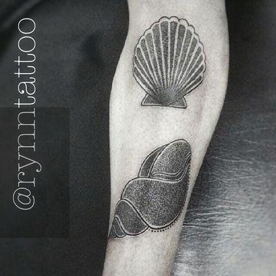 #Rynn #summer #verão #shell #concha #blackwork #pontilhismo #dotwork #TatuadorasDoBrasil