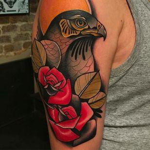 Beautiful Bird and Roses Tattoo by Kike Esteras @Kike.Esteras #KikeEsteras #Neotraditional #Neotraditionaltattoo #Barcelona #Bird #Roses