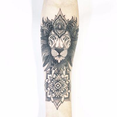 Lindo trabalho por Cabelo Tattoo! #Cabelotattoo #tatuadoresbrasileiros #dotwork #pontilhismo #lion #mandala #leão #fineline
