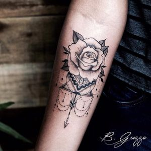 Rosa por Bruna Guzzo!  #BrunaGuzzo #tatuadorasbrasileiras #tattoobr #tatuadorasdobrasil #tattoodobr #rose #rosa #flower #flor #blackwork #ornamental #ornamentos