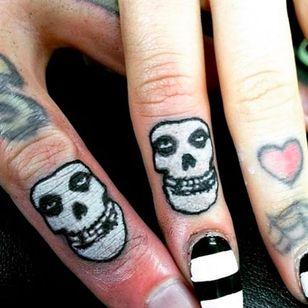 Misfits finger tattoos by Allan Graves #AllanGraves #misfits #music #horrorpunk #skulls