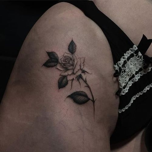 Kane Trubenbacher (IG—kanetrubenbacher) excels at bringing out the delicacy in imagery like roses. #blackandgrey #delicate #KaneTrubenbacher #rose #small
