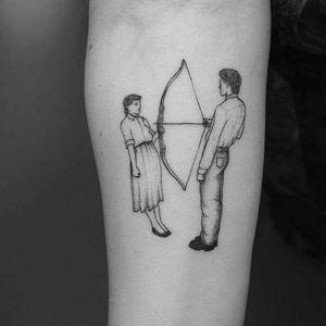 Certeiro no coração #VioletaArus #gringa #minimalist #minimslista #blackwork #surrealism #surrealismo #delicada #delicate #couple #casal #arrow #arcoeflecha