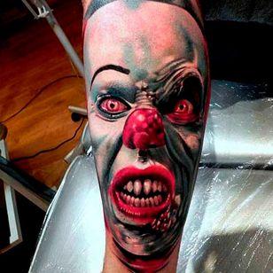 Insane detail on this tattoo by Andrzej Niuniek Misztal #Pennywise #IT #StephenKing #clown #reboot #TimCurry #horror #realism #AndrzejNiuniekMisztal