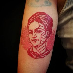 Aro Deadpainter #AroDeadpainter #redtattoo #redink #tatuagemvermelha #fridakahlo #woman #mulher #geometric #geometrica