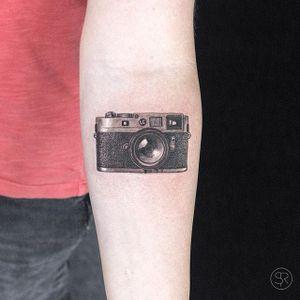 Camera by Sven Rayen #SvenRayen #blackandgrey #leica #camera #realism #tattoooftheday