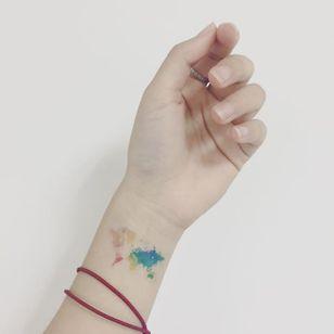 Cute micro map tattoo via @xhemilypan on Instagram #world #map #worldmap #color #kleur #colorful #tattoo #maptattoo