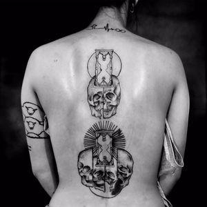 Tattoos por Sang AEO! #SANGAEO #tatuadoresbrasileiros #tatuadoresdobrasil #tattoobr #Recife #blackwork #blackworkers #caveiras #skull cranio #caveira #ampulheta #hourglass