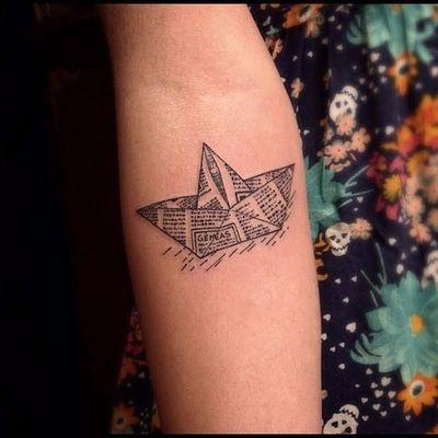 Barquinho por EgoDesigns #origami #origamiart #origamitattoo #tsuru #papercrane #barquinho #boat