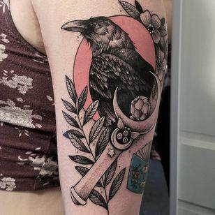 #CuttyBage #gringa #blackwork #sketch #pontilhismo #dotwork #corvo #raven #ave #passaro #bird #sailormoon #flor #flower #planta #plant #folha #leaf