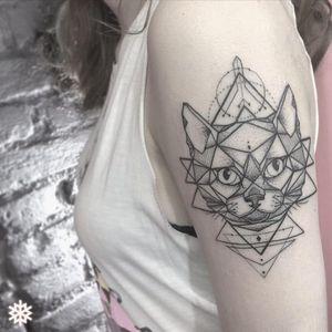 Gato geométrico por Allan Tatooer! #AllanTattoer #TatuagemGeometrica #Blackwork #Cat #CatTattoo #Gato #TatuadoresBrasileiros #Brasil #GatoTattoo #TatuadoresBrasil