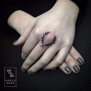 Blackwork finger tattoo #marlamoon #linework #blackwork #finger #laurel #microtattoo #subtle