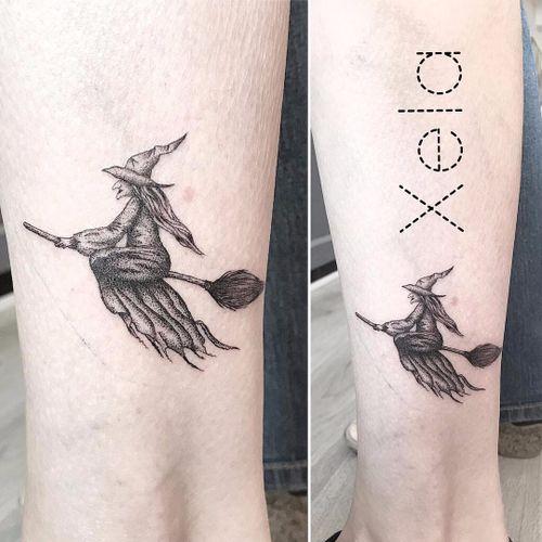 Xela #Xela #bruxa #witch #witchtattoo #witchcraft #bruxaria #magia #magic #ocultismo #occult #woman #mulher #blackwork #pontilhismo #dotwork #broom #vassoura