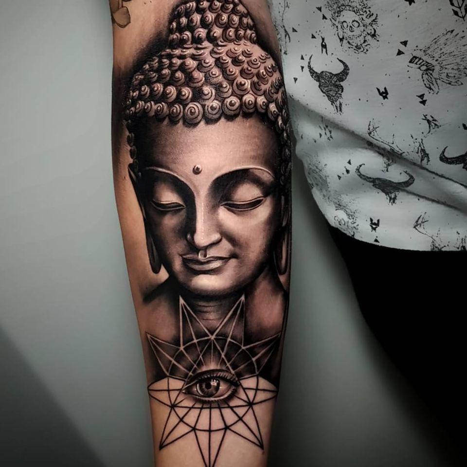 A pristine black and grey Buddha by Poly Tayyip (IG—poly_tattoo). #blackandgrey #Buddha #PolyTayyip