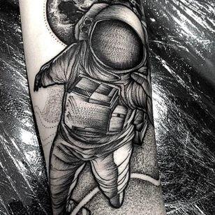 Astronaut Chaotic Blackwork Tattoo by Frank Carrilho @FrankCarrilho #FrankCarrilhoTattoo #FrankCarrilho #Chaotic #Black #Blackwork #Astronaut
