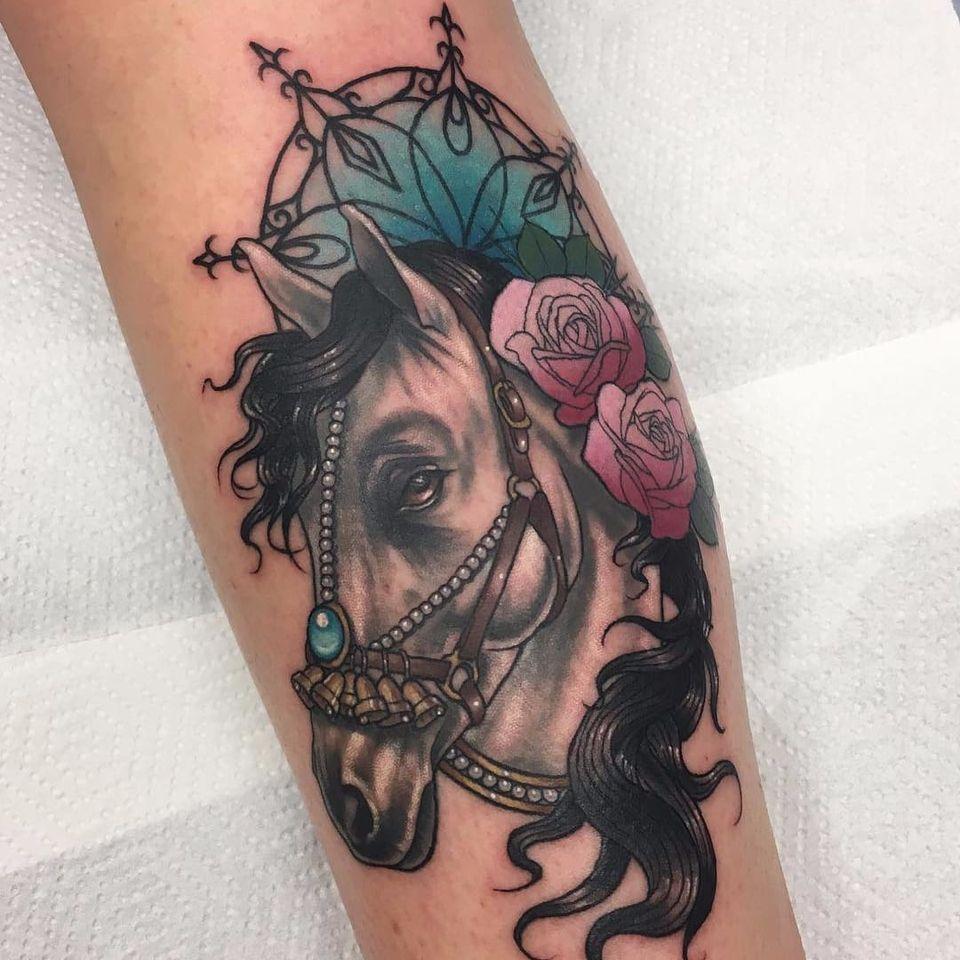 Esse cavalo poderia pertencer a qualquer príncipe! #StephanieMelbourneJunior #horse #cavalo #neotrad #neotraditional #roses #rosas