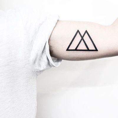 Arm triangles. (via IG - malwina8) #MalvinaMariaWisniewska #minimalist #blackwork #triangle