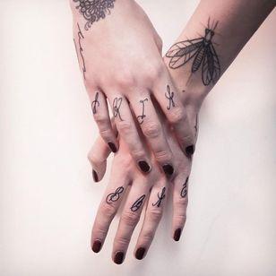 Linework on fingers #MelinaWendlandt #linework #dotwork #lettering #fingertattoo #subtle #fineline #btattooing