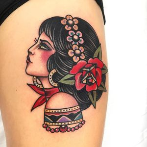 Lovely lady head by Dani Queipo #DaniQueipo #besttattoos #color #newtraditional #folktraditional #lady #ladyhead #flowers #daisies #rose #leaves #nature #jewelry #pattern #pearls #portrait #tattoooftheday