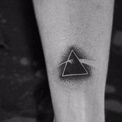 Pink Floyd! #HannahStorm #tatuadorasbrasileiras #tatuadorasdobrasil #tattoobr #handpoke #pinkfloyd #rock #pontilhismo #dotwork