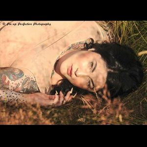 Stunning natural look from Dallas in this shot by Pin-up Perfection Photography #DallasValentine #plusmodel #tattooedbabes #AmericanTraditional #model #pinup #glamor #PinupPerfection