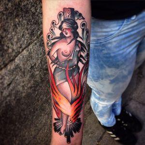 Rafa Decraneo #RafaDecraneo #bruxa #witch #witchtattoo #witchcraft #bruxaria #magia #magic #ocultismo #occult #woman #mulher #fogo #fire #fogueira #tradicional