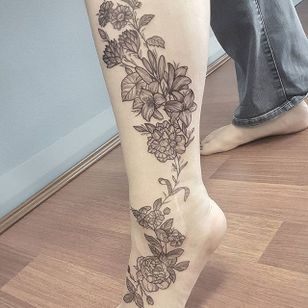 Flowers Tattoo by Eloise Entraigues #flowers #linework #blacklinework #contemporary #illustrative #EloiseEntraigues