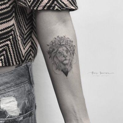 #CrizSuconic #brasil #brazil #brazilianartist #TatuadorasDoBrasil #blackwork #realismo #realism #delicate #delicada #fineline #leao #lion #flor #flower #rosa #rose #folha #leaf #triangulo #triangle