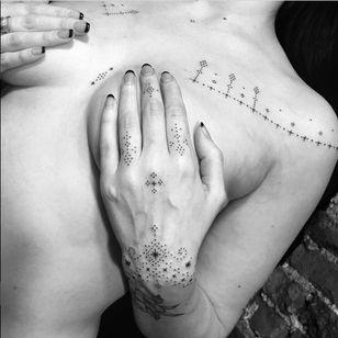 Blissful dotwork from Ryan Jessiman's body of work (IG—ryanjessiman). #blackwork #fingers #microtattoo #minimalism #ornamental