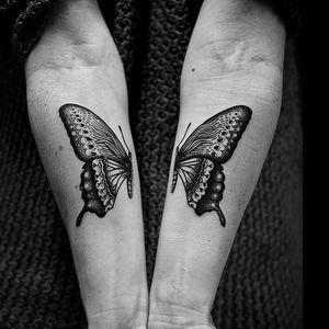 Rachel M. Köng also does gorgeous figurative tattoos (Photo Lionel Lesaffre) #RachelMKöng #dotwork #split #butterfly