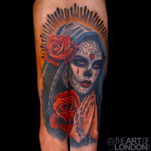 Rad looking dead girl tattoo with a couple of roses. Awesome work by London Reese. #LondonReese #diadelosmuertos #roses #rosary #theartoflondon