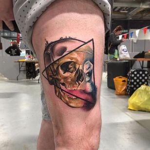 Realizada por Kirsten Pettitt #KirstenPettitt #gringa #colorida #fullcolor #blackandgrey #pretoecinza #negativeeffect #efeitonegativo #galaxy #galaxia #skull #caveira #triangulo #triangle #realism #realismo #surrealismo #surrealism