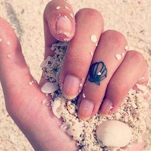 Minimalistic clam tattoo #clam #clamtattoo #clamtattoos #shell #shelltattoo #shelltattoos #ocean #sea #minimalism #minimlist #minimalistic