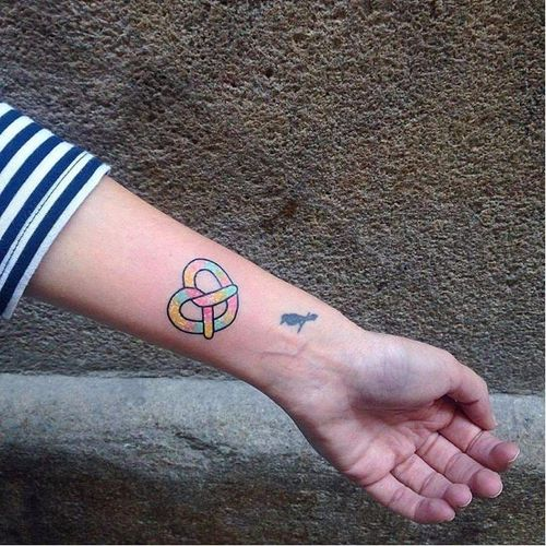 Awesome rainbow pretzel by Numi. #pretzel #pretzeltattoo #Numi #rainbow