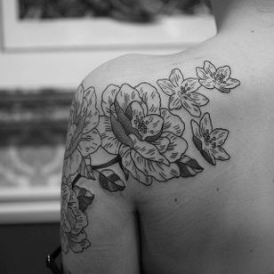 Line work floral piece by Elisabet Waris. #blackwork #linework #ElisabetWaris #flowers #floral