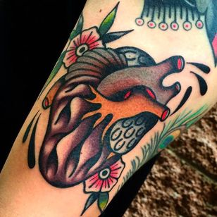 Beautifully done anatomical heart tattoo with some awesome blossoms in the background. #giacomofiammenghi #heart #neotraditional #blossoms #coloredtattoo #anatomicalheart