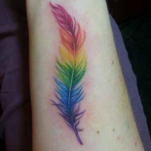 Peninha colorida #OrguloGay #GayPride #OrgulhoLGBT #ParadaGay #GayParade #preconceitoNao #amorlivre #freelove #arcoiris #rainbow #pena #feather