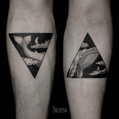 Lindas tattoos se completando #IlyaBrezinski #amor #love #coupletattoo #tattoodecasal #matchingtattoo #casal #whale #baleia #sky #ceu #estrelas #stars #clouds #nuvens #triangle #triangulo