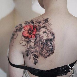 Eu vejo flores na juba desse leão maravilhoso #Zihwa #leao #lion #liontattoo #lionhead #felino #reidaselva #theking #animaltattoo #tatuagemdeaninais #flores #flowers #blackandred #pretoevermelho
